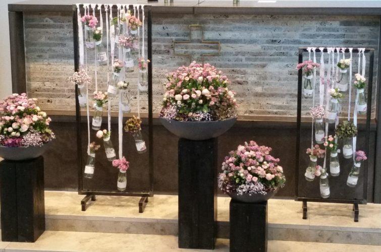 Blumenarrangements in Kirche