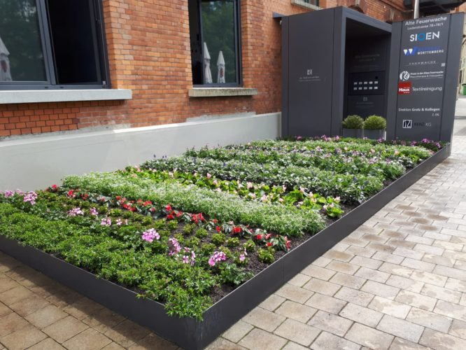 bepflanztes Blumenbeet