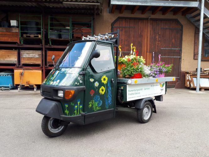 Lieferwagen mit Blumenampeln beladen
