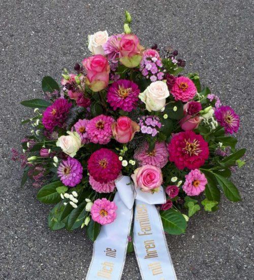 Blumenarrangement für Trauerfeier